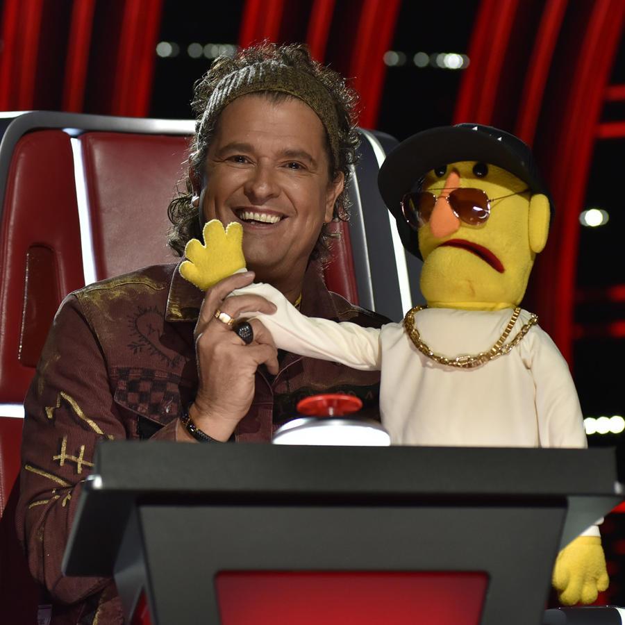 Carlos Vives con la marioneta de Wisin en La Voz US 2