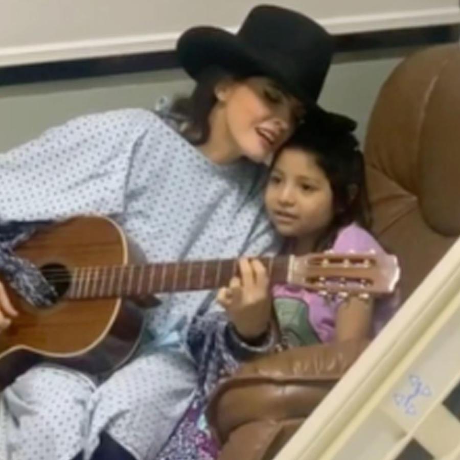 Ana Bárbara con  una niña con cáncer en el hospital