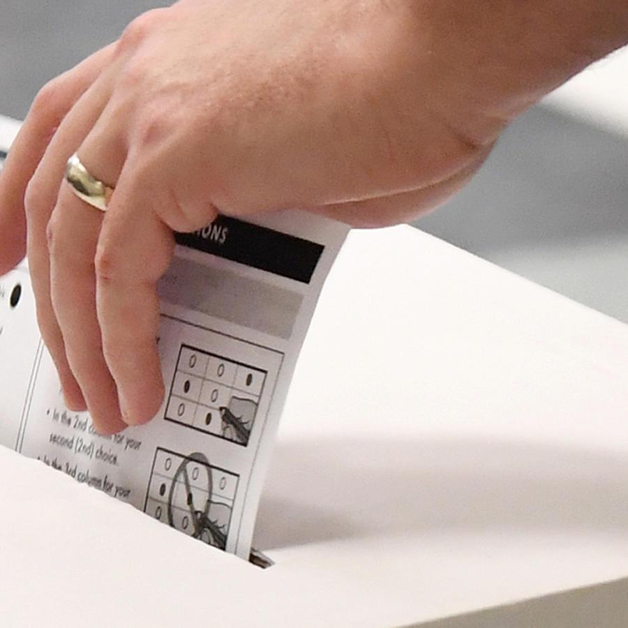 Un votante participando en el día de votación anticipada, antes del caucus de Nevada del próximo 22 de febrero.