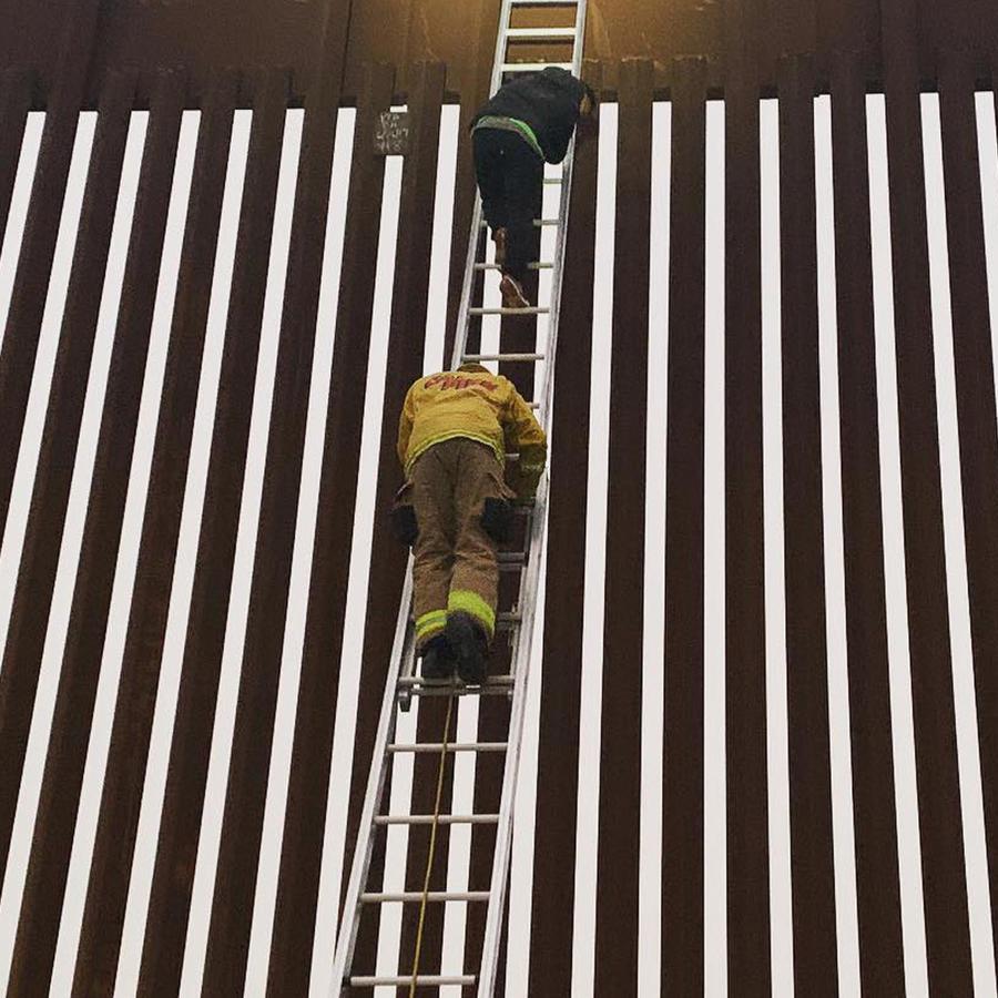 Un bombero en California durante el rescate de un hombre que se quedó atorado en la malla del puente en Otay Mesa en San Diego, California.