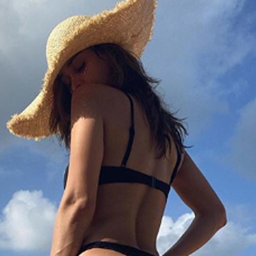 Yanet García posando sexy en bikini