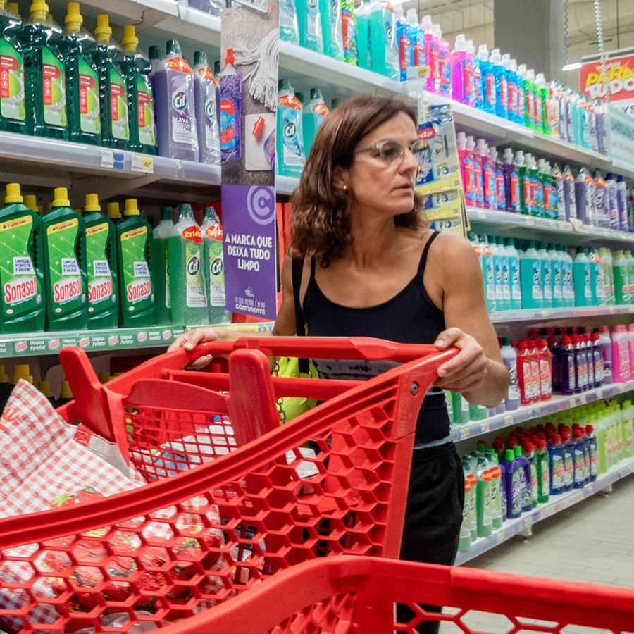 Mujer comprando desinfectante