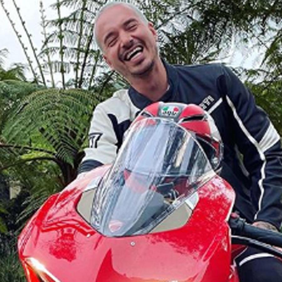 J Balvin en moto