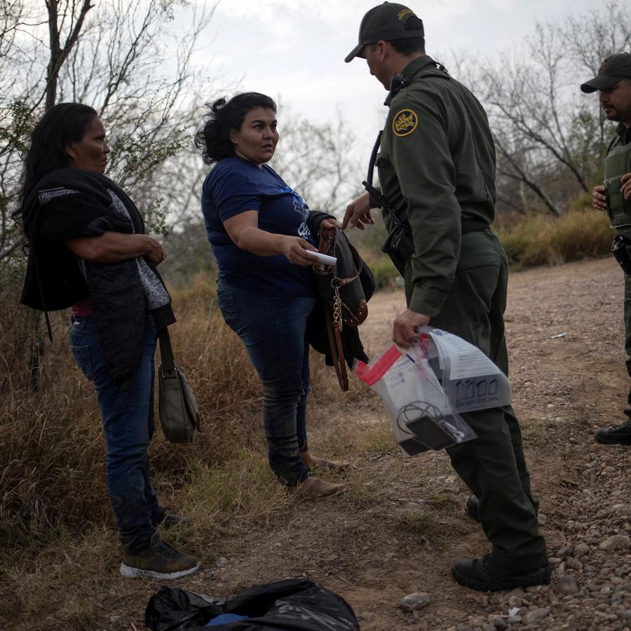 Dos migrantes hondureñas atrapadas por la Patrulla Fronteriza en febrero de este año.