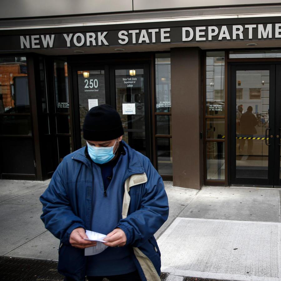Un hombre acude a las oficinas del Departamento del Trabajo en Nueva York