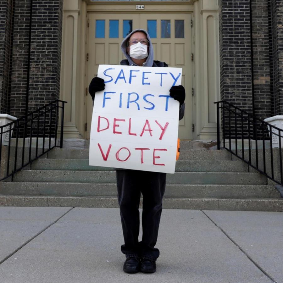 Jim Carpenter protesta las elecciones de este martes en medio de la pandemia de coronavirus en el centro de Milwaukee, Wisconsin.