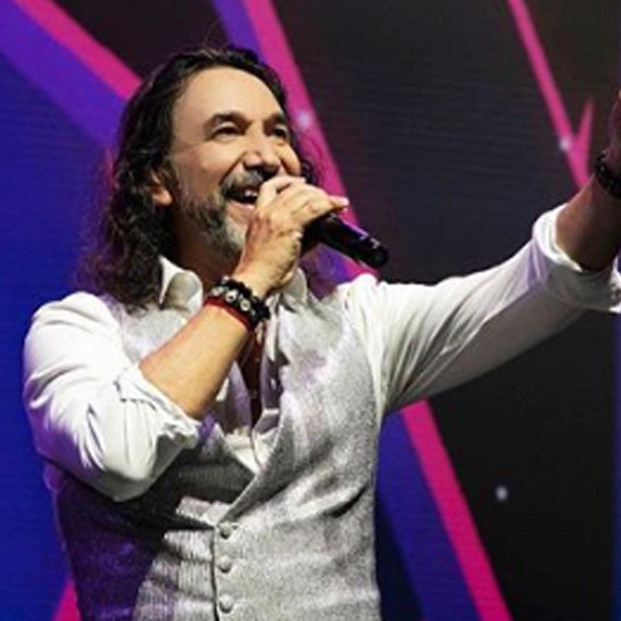 Marco Antonio Solís cantando