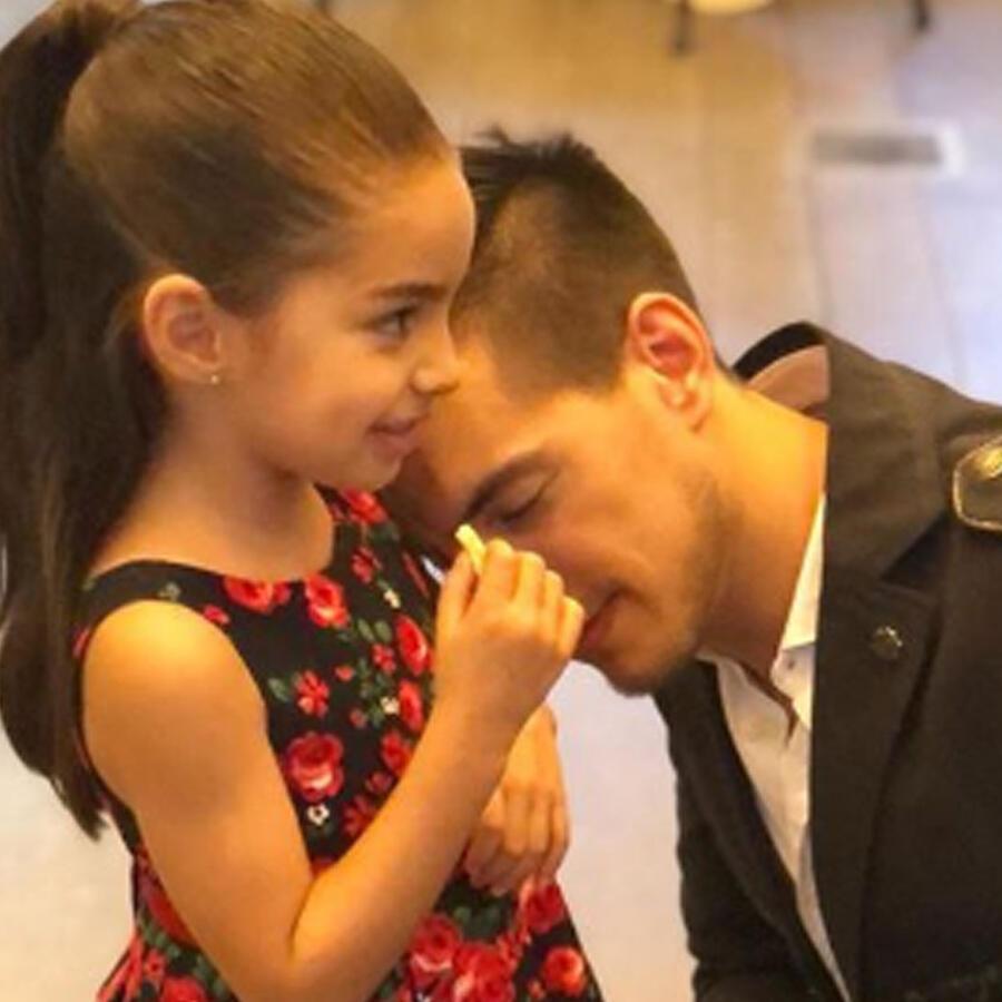 Aitana Derbez y Vadhir Derbez abrazados