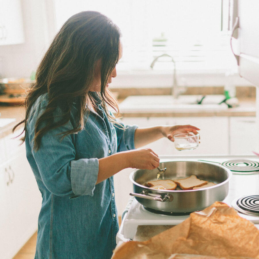 mujer cocinando hogar