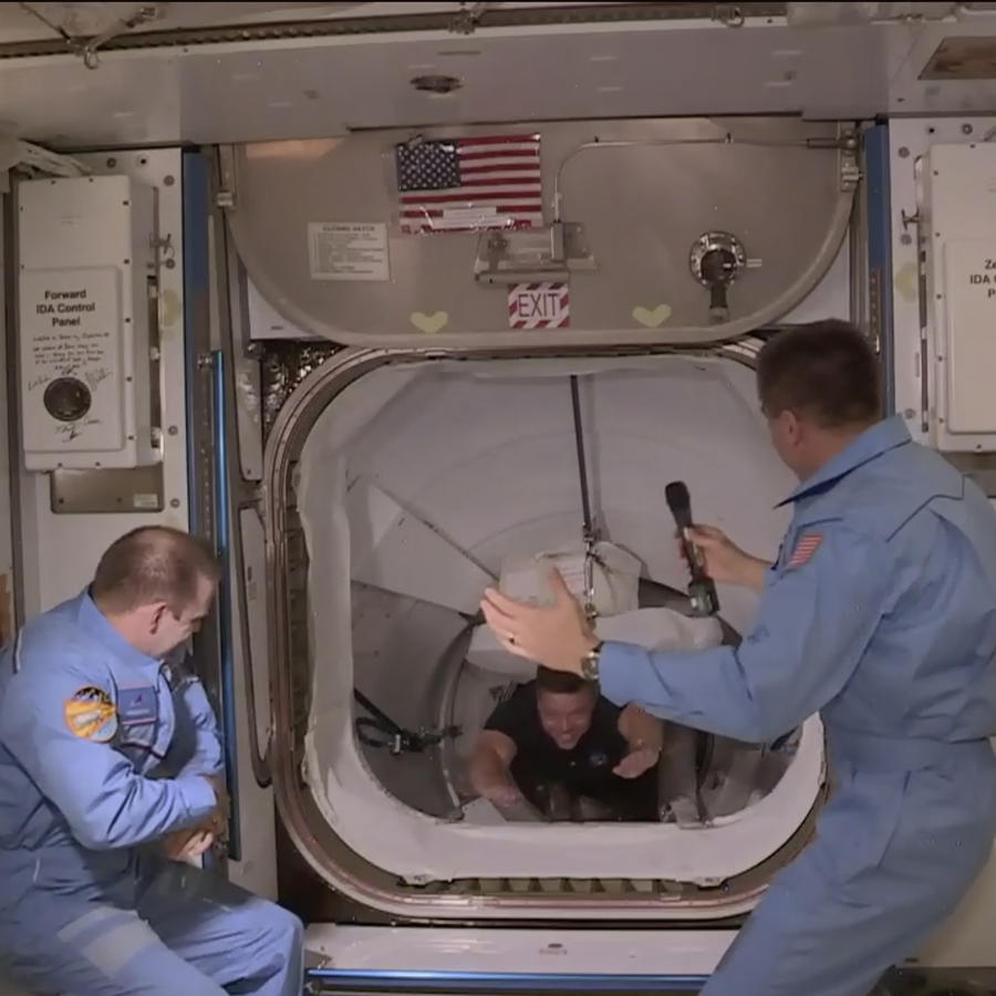Un momento de la llegada de los dos astronautas de la NASA a la Estación Espacial Internacional, este domingo, tras un histórico viaje en una nave de SpaceX.