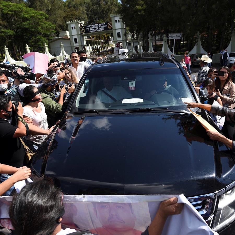Familiares de personas desaparecidas rodean el lunes pasado el vehículo que transporta al presidente de México, Andrés Manuel López Obrador