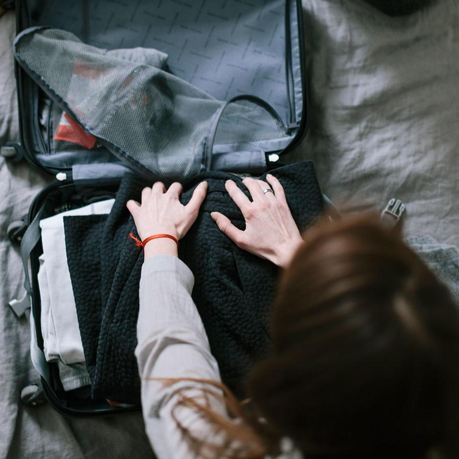 Mujer revisando maletas