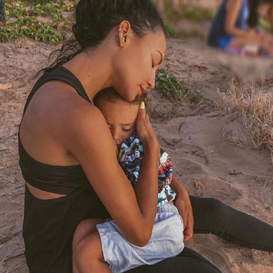 """Naya Rivera, actriz de """"Glee"""", y su hijo Josey Hollis abrazados"""