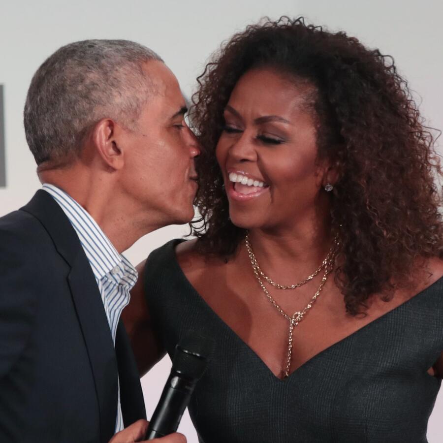Barack y Michelle Obama besándose