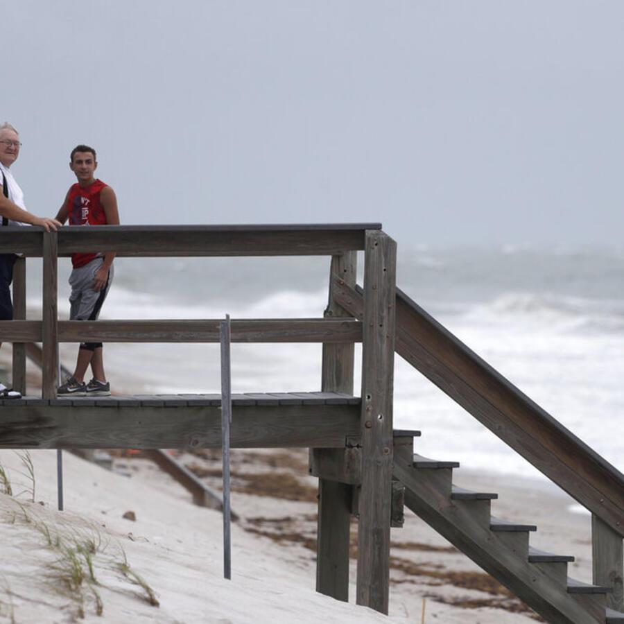 Varios ciudadanos observan este domingo el oleaje provocado por Isaías en Vero Beach, Florida.