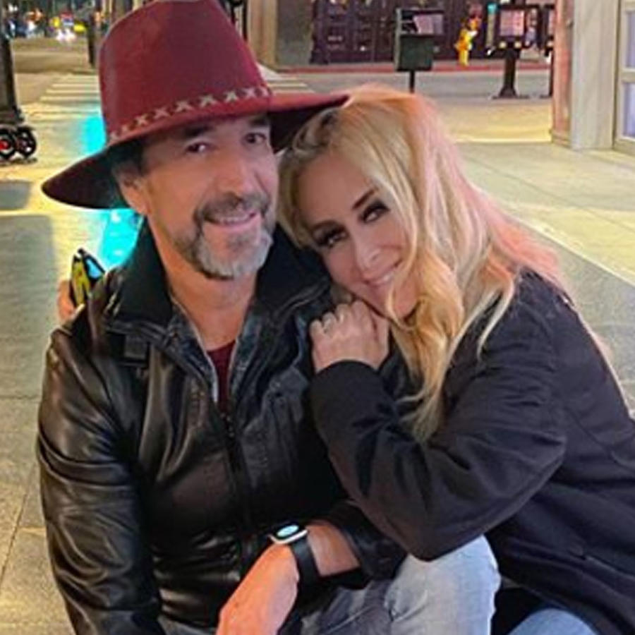 Marco Antonio Solís y su esposa Cristian Salas abrazados