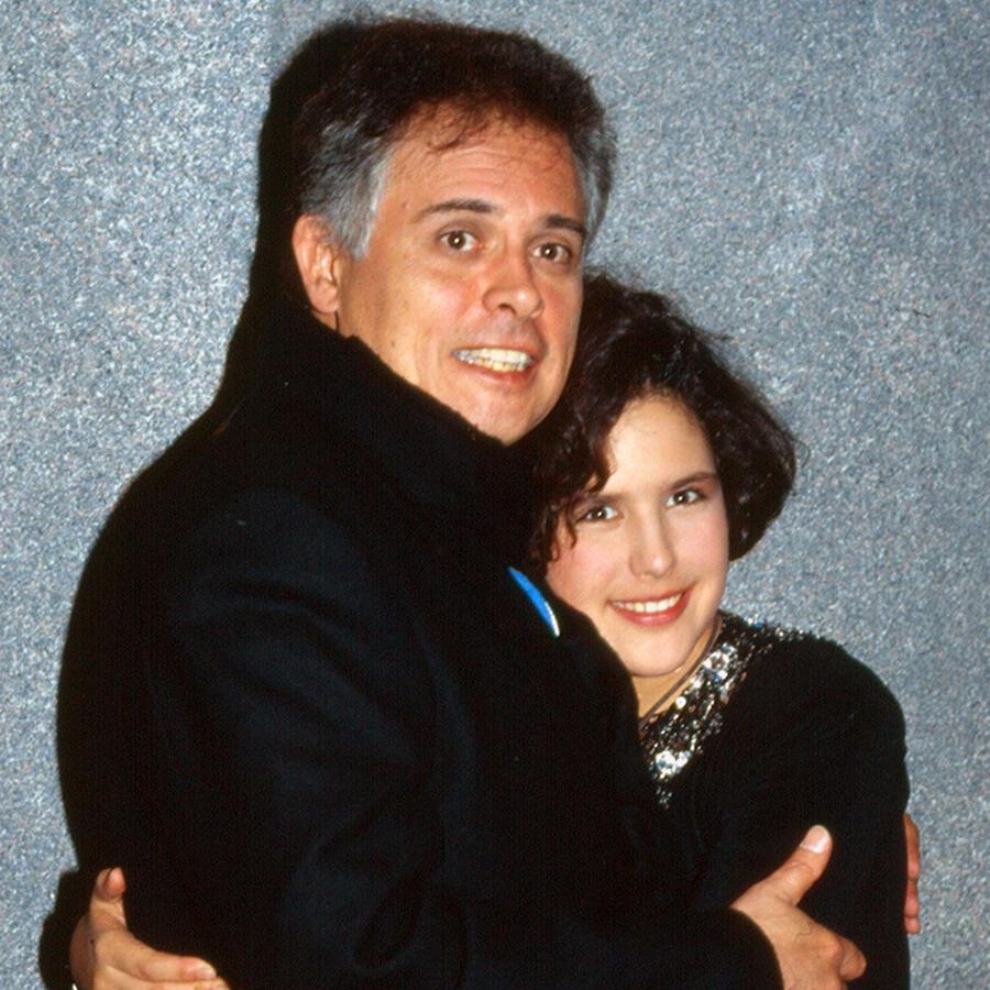 Angélica Vale con su papá, Raúl Vale, al término de una función en México, 1990.
