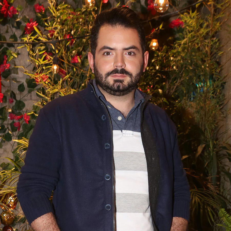 José Eduardo Derbez posando