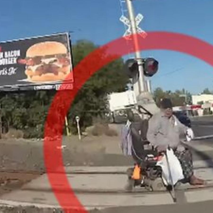 Policia hispana salva a hombre en silla de ruedas