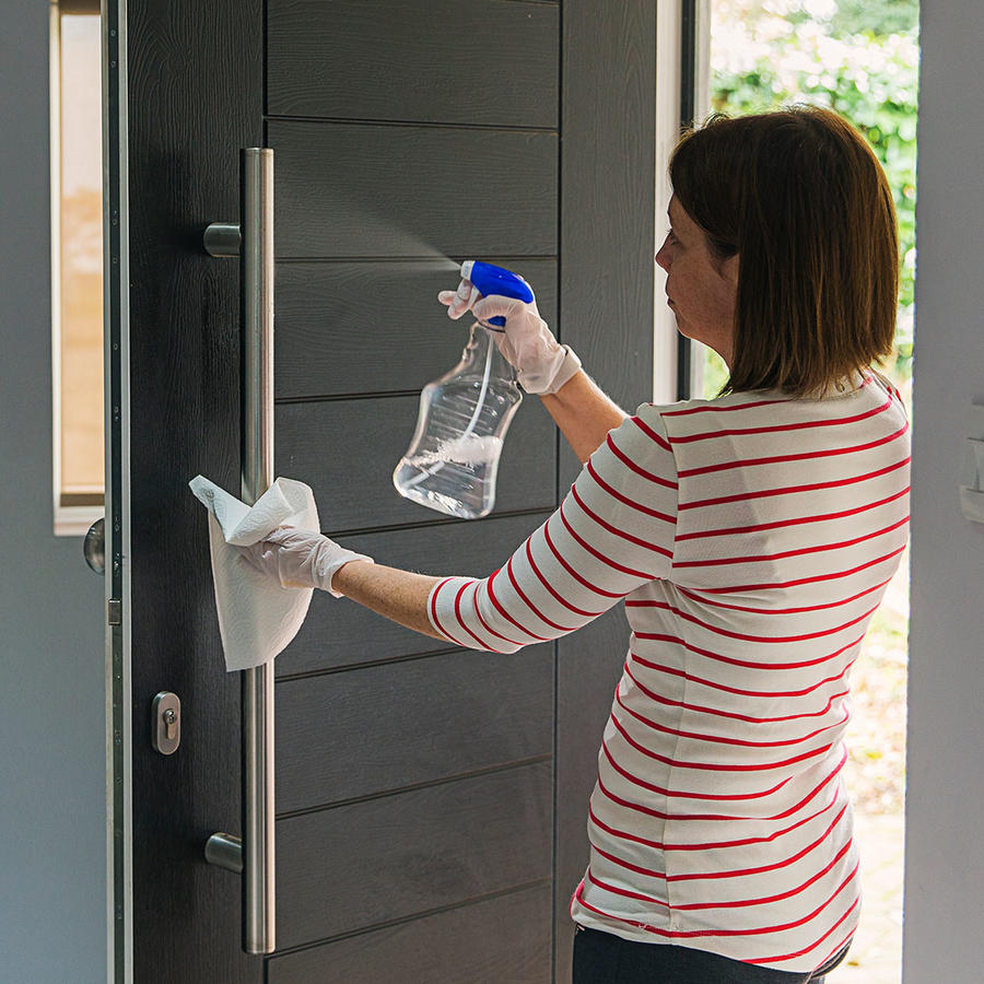 Mujer limpiando puerta
