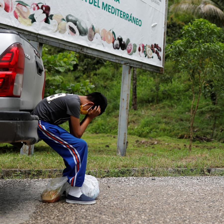 Gustavo, un niño de 12 años y con discapacidad de Guatemala, llora al rechazar hablar por teléfono con su mamá que se quedó en Ciudad Juárez después de cruzar solo la frontera con Texas y ser deportado de inmediato a su país.