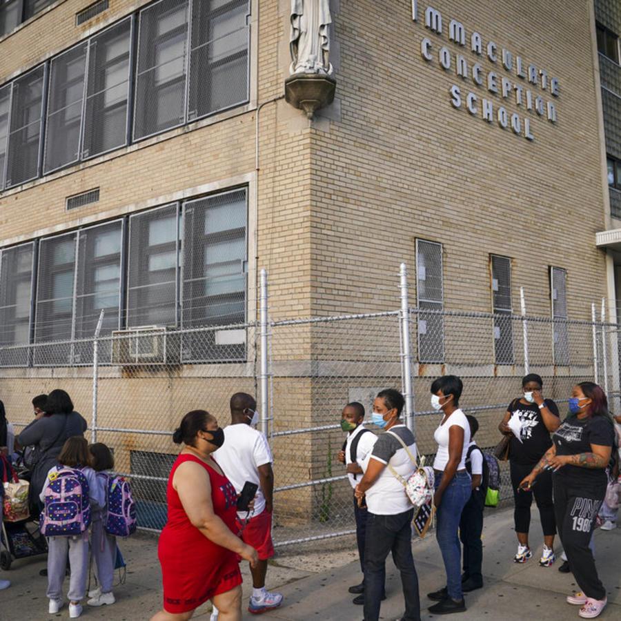 Estudiantes con mascarilla accenden a una escuela del Bronx, en Nueva York, el pasado miércoles.
