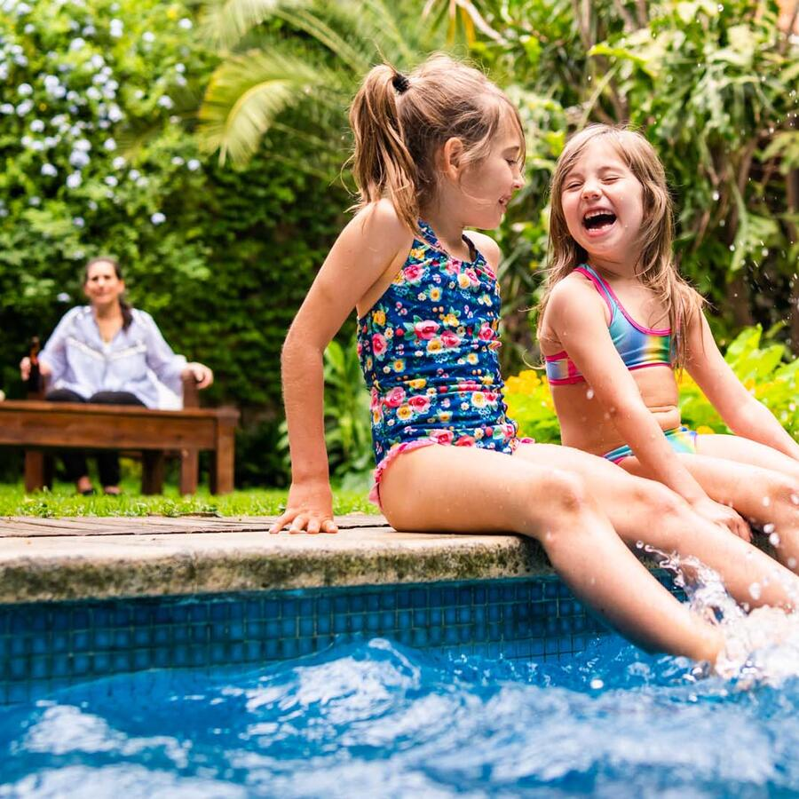 Familia disfruta de una piscina