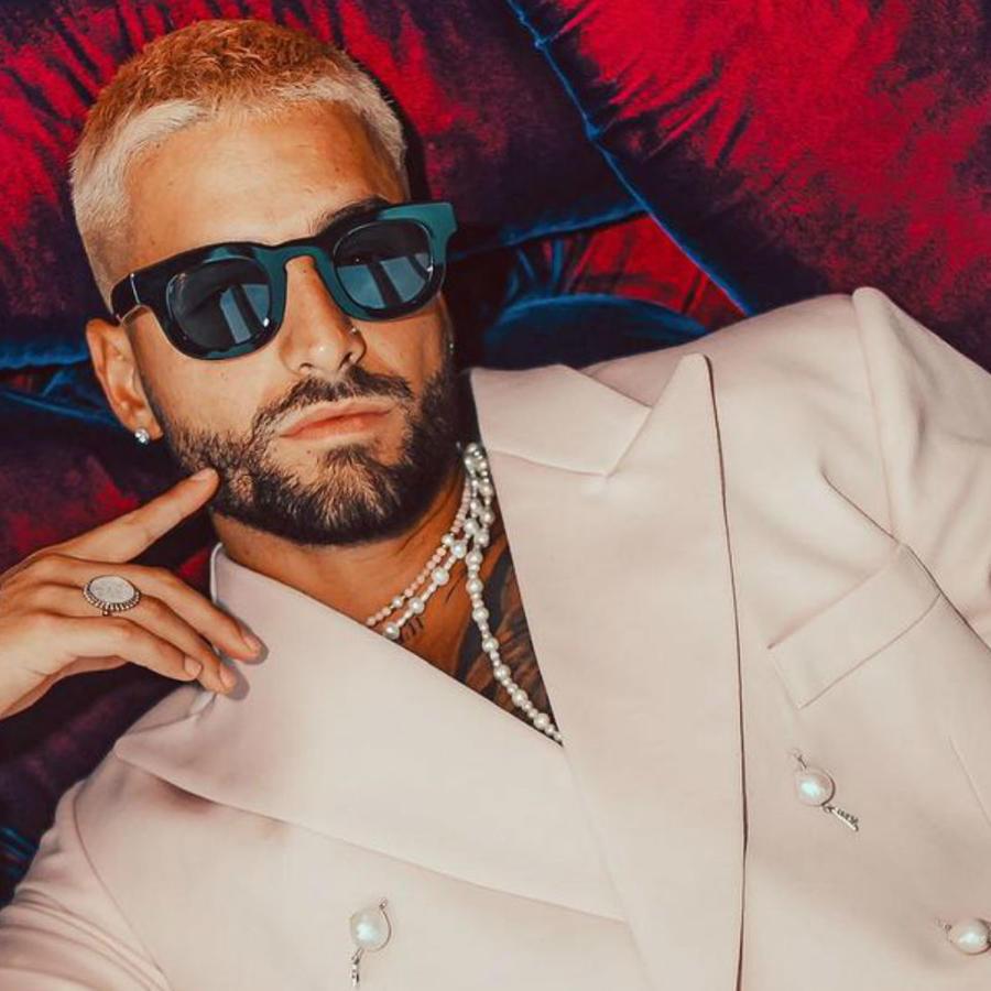 Maluma mostrando su look en los Premios Billboards 2020