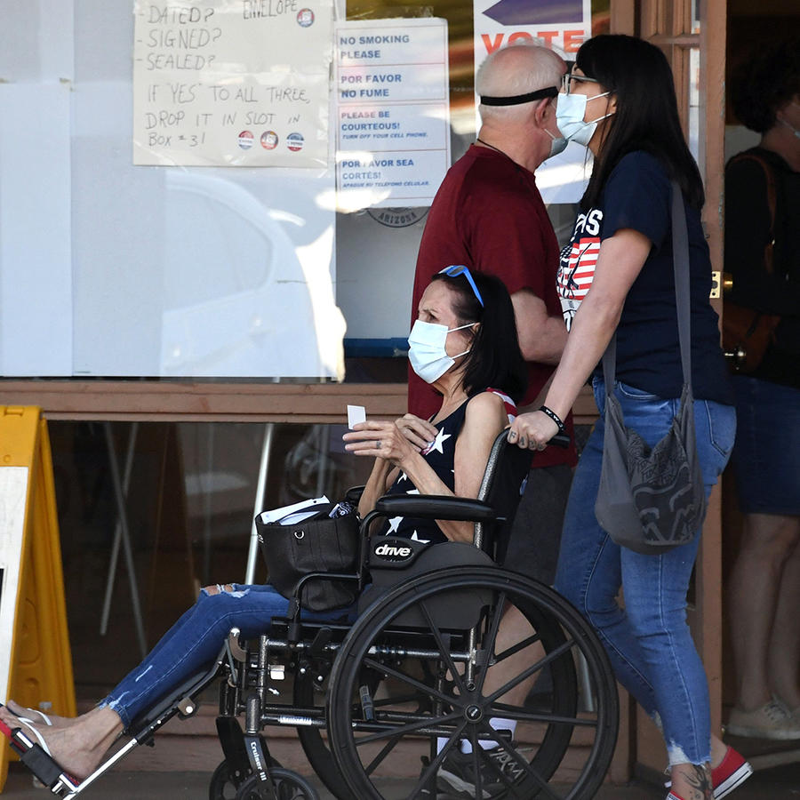 Las personas salen de un centro de votación después de dejar sus boletas por correo para las elecciones presidenciales, en un lugar de votación anticipada en Phoenix, Arizona, el 16 de octubre de 2020.