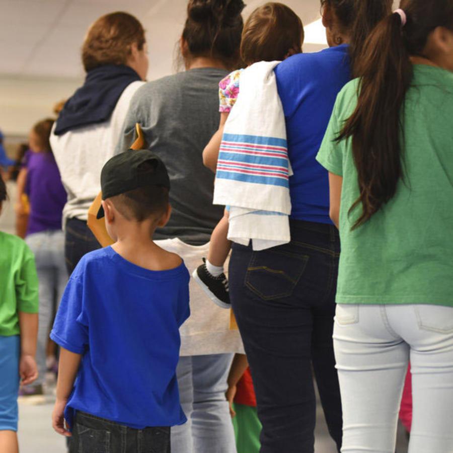 Menores esperan en línea junto a sus madres en un centro de detención de la frontera en Texas (Archivo).