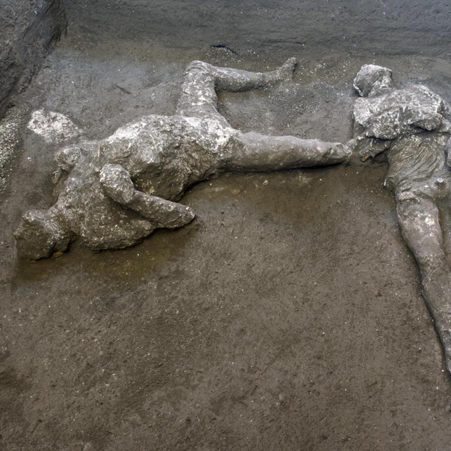 Los moldes de yeso de lo que se cree eran un hombre rico y su esclavo que huían de la erupción del volcán Vesubio hace casi 2.000 años.
