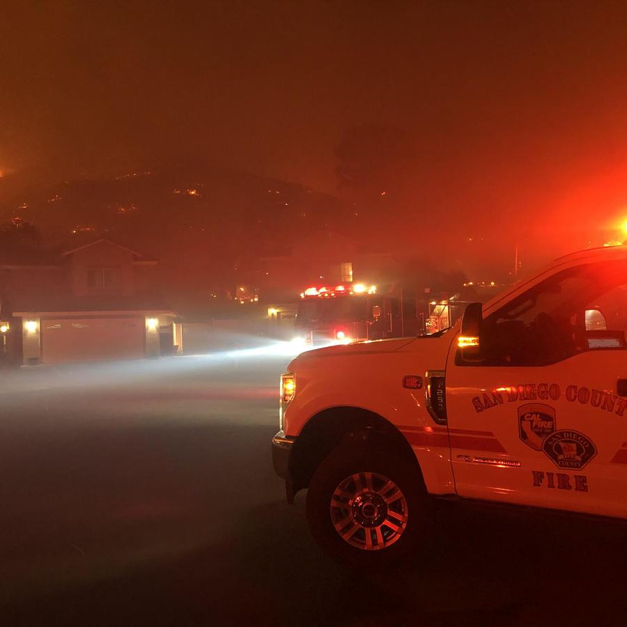 Área cerca de San Diego, California, en llamas en la noche de este miércoles por la rápida propagación de un incendio.