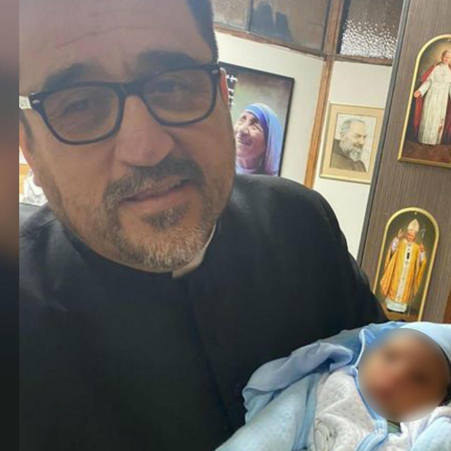 Padre Omar junto a bebe