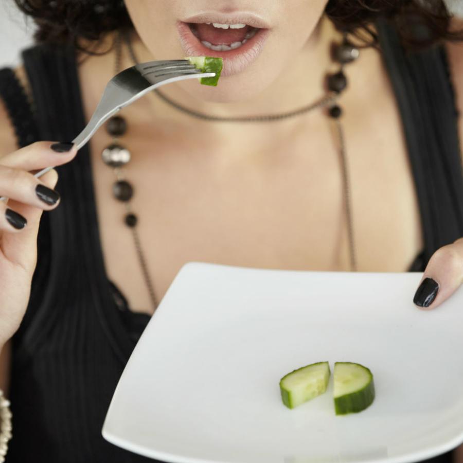 Mujer comiendo pepino