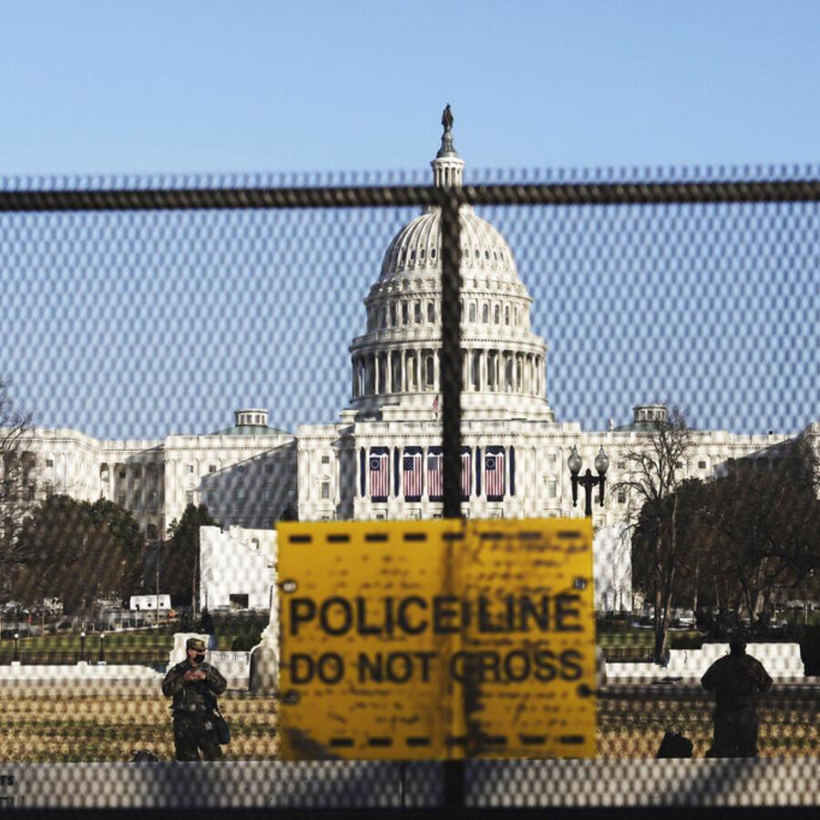 Elementos de la Guardia Nacional resguardan el Capitolio el 14 de enero de 2021, una semana después de la irrupción violenta al edificio por parte de seguidores de Donald Trump.