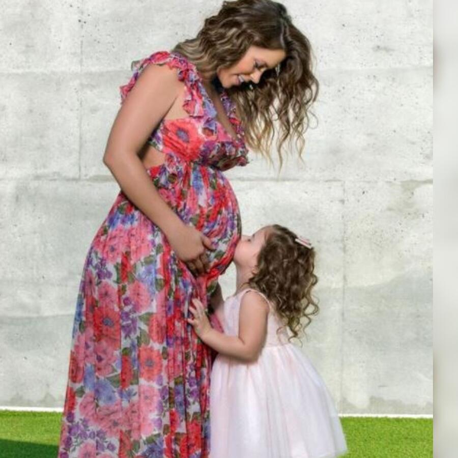 Ximena Duque posando embarazada con su hija Luna