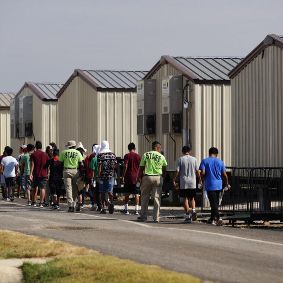Niños migrantes en instalaciones de Carrizo Springs, Texas.