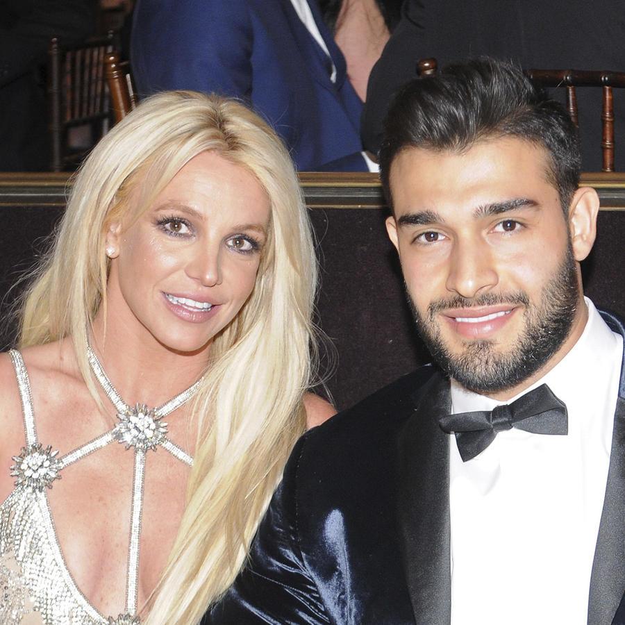 Britney Spears y su novio sentados