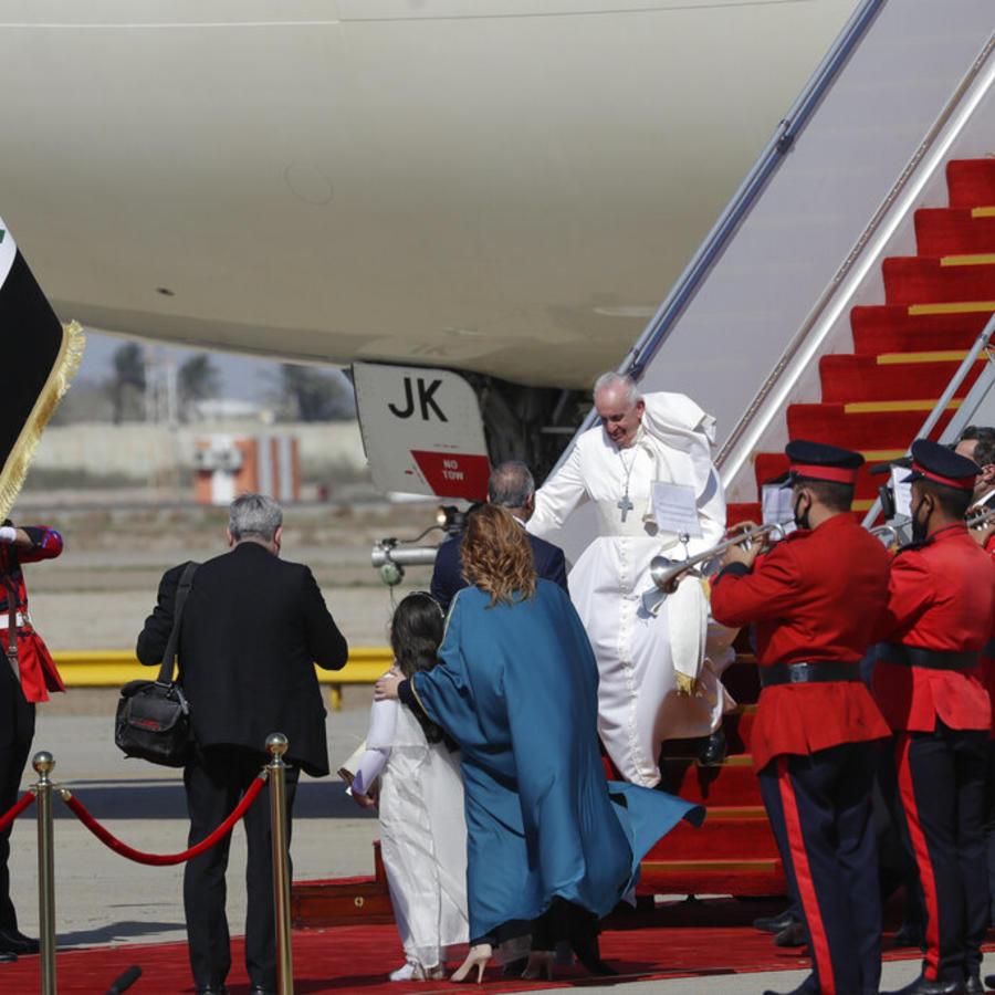 El Papa Francisco aterrizó el viernes en el aeropuerto internacional de Bagdad, Irak.