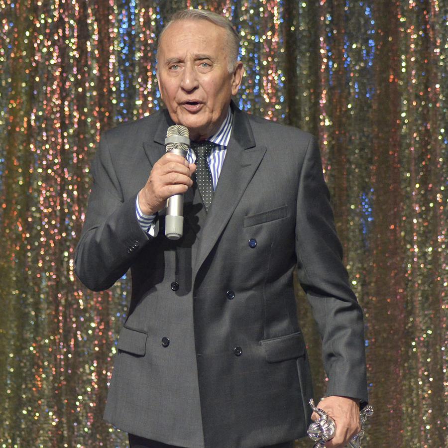 Actor Patricio Castillo en escenario
