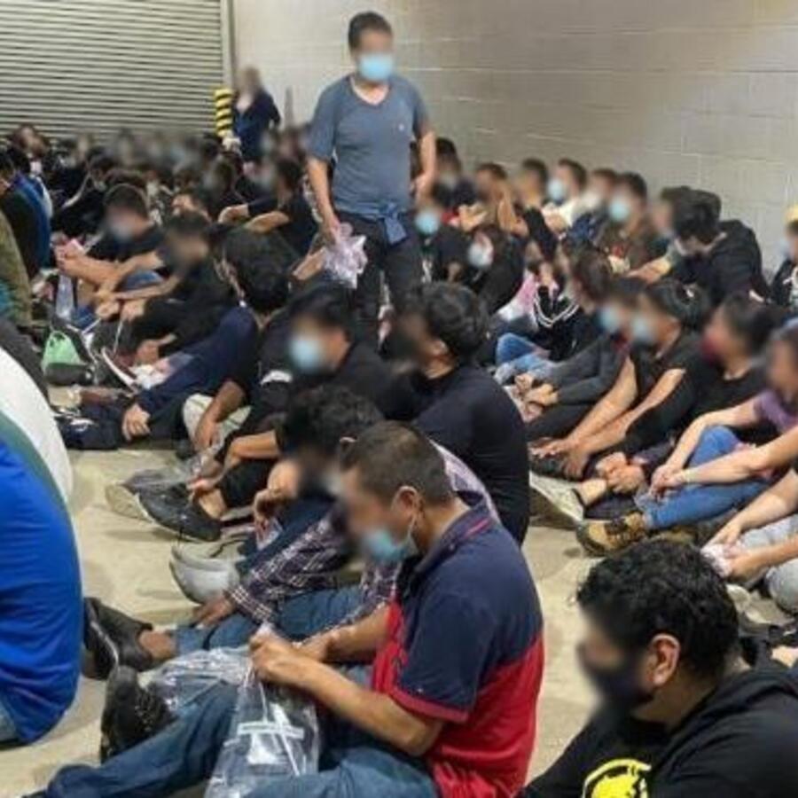 La Patrulla Fronteriza descubrió a 149 personas indocumentadas dentro de un remolque de tractor en Laredo, Texas.