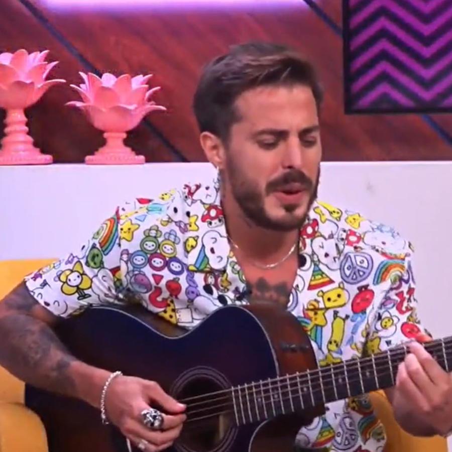 Llane cantando a capella con guitarra en el show Latinx Now!