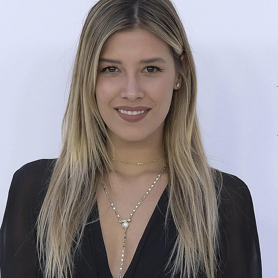 Michelle Salas con vestido negro.