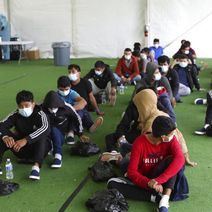 Jóvenes migrantes esperan para ser sometidos a la prueba del COVID-19