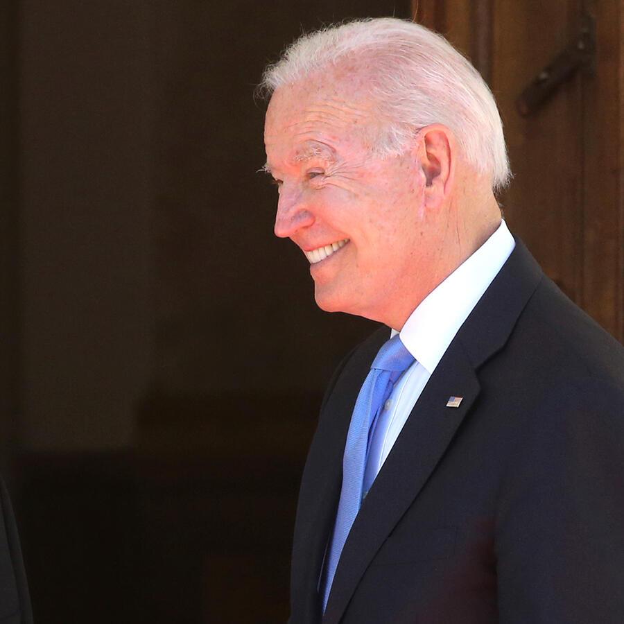El presidente ruso Vladimir Putin (izq.) saluda al presidente estadounidense Joe Biden (der.) durante la Cumbre Estados Unidos - Rusia 2021 en La Grange Villa cerca del lago de Ginebra, el 16 de junio de 2021 en Ginebra, Suiza.