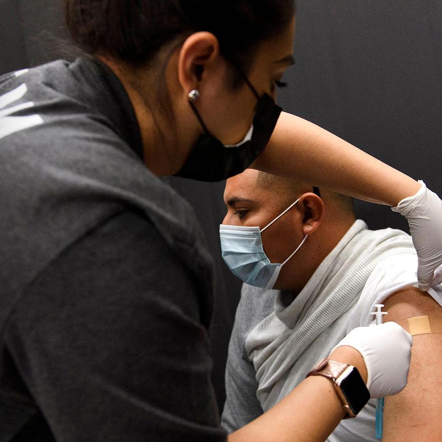 Marcos Cruz, un campesino, recibe una dosis de la vacuna Johnson & Johnson contra el COVID-19 en un sitio de vacunación organizado por la United Farm Workers (UFW), en Forty Acres el 13 de marzo de 2021 en Delano, California.