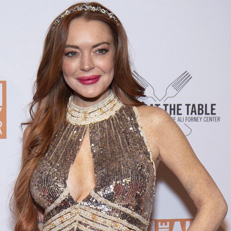 Lindsay Lohan con vestido de noche y gala.