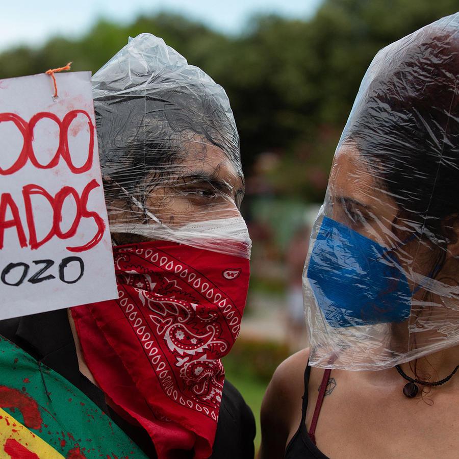 Dos manifestantes protestan contra el manejo del presidente brasileño Jair Bolsonaro de la pandemia de COVID-19 en Manaus, Brasil, el 19 de junio de 2021.