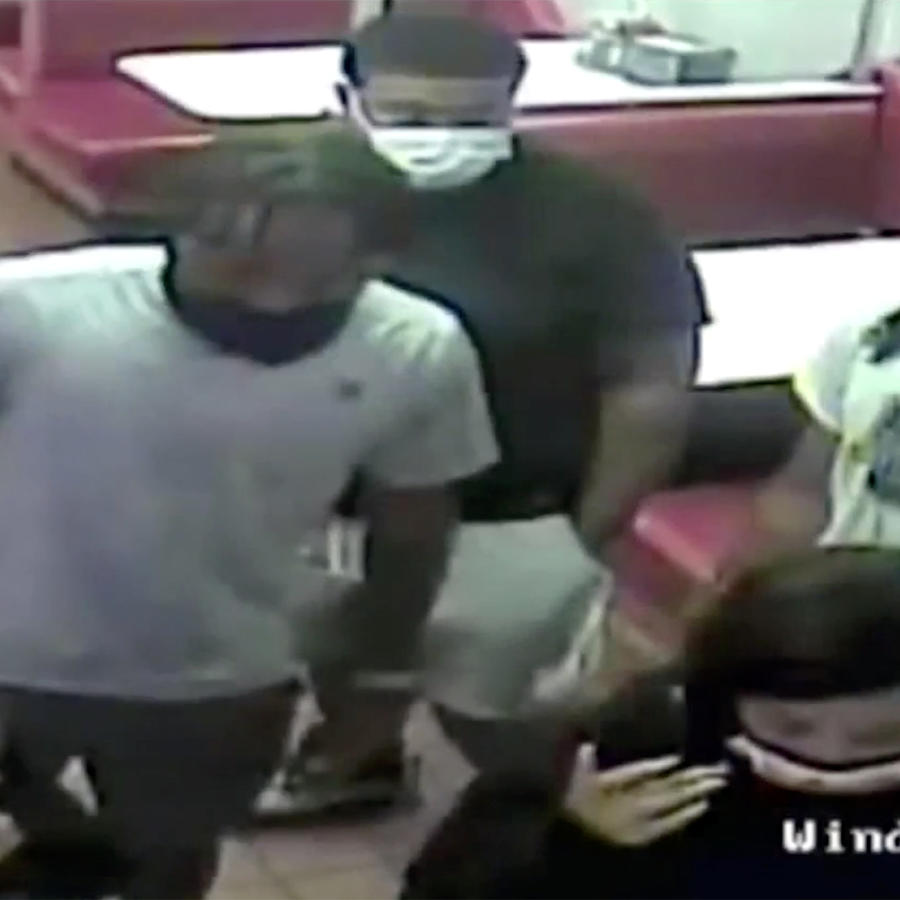 La policía publicó fotos de tres hombres y dos mujeres buscados para interrogarlos y dijeron que iban en una Dodge Durango blanca.
