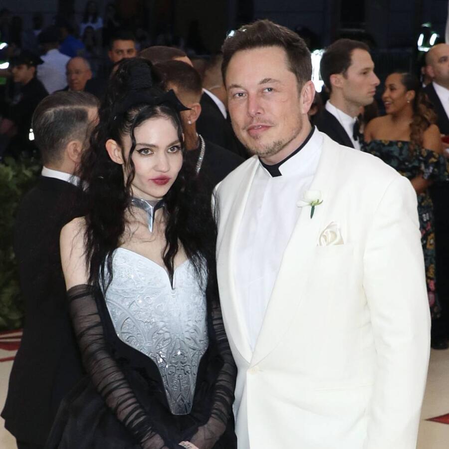 Grimes con Elon Musk en la alfombra roja de la MET Gala 2018
